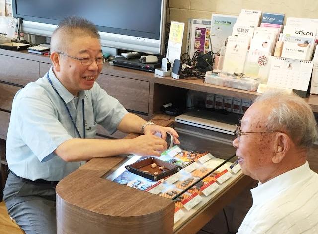 プロショップ大塚では、聞こえの専門家「認定補聴器技能者」が全店に常勤。どんな相談にも、専門家がお答えします。