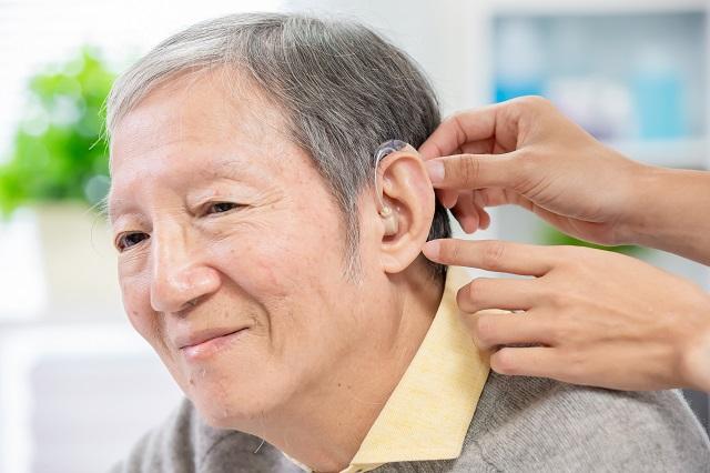補聴器を着ける人