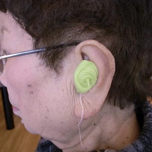 耳型を採取しているところの写真