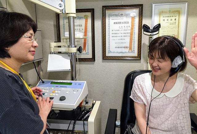 実際に聴力検査を受ける様子