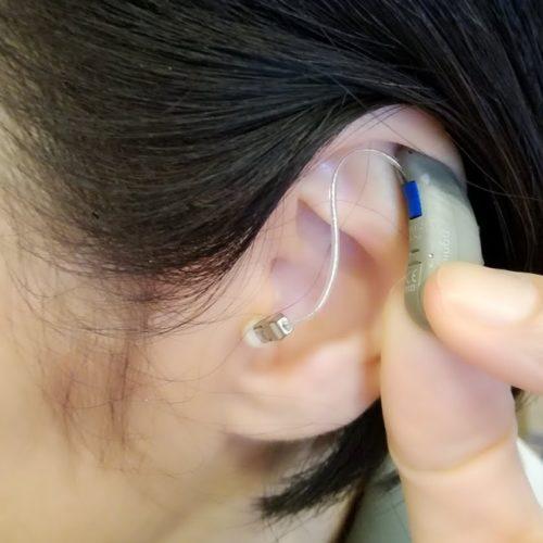 補聴器をつけるひと