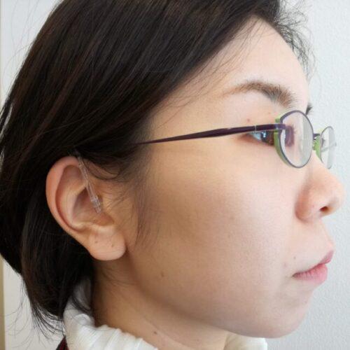 耳かけ型補聴器を装用した様子