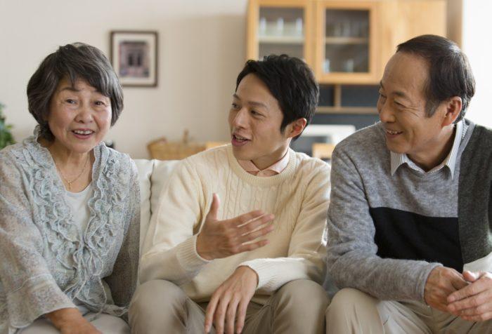 家族に補聴器はまだ早いと言われている様子