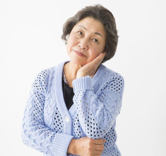 難聴を隠したい、不安な高齢女性