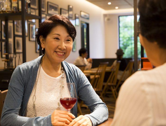 高齢女性がレストランで食事をしている様子