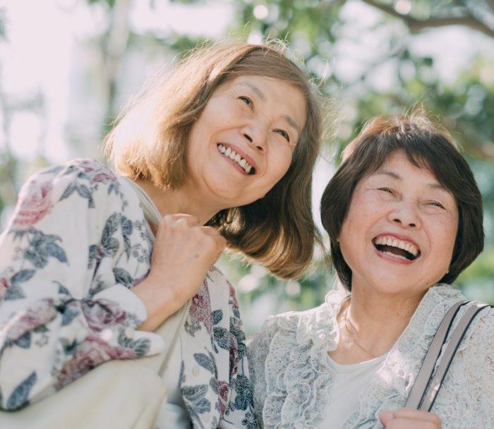 お友達と笑顔の高齢女性