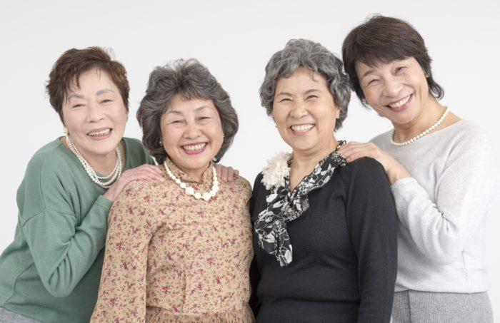同窓会で楽しむシニア女性