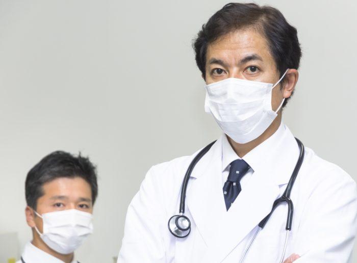 医師のマスクしている様子