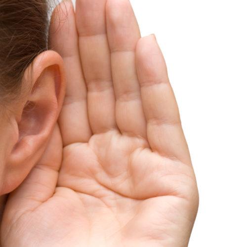 耳に手を当てる人
