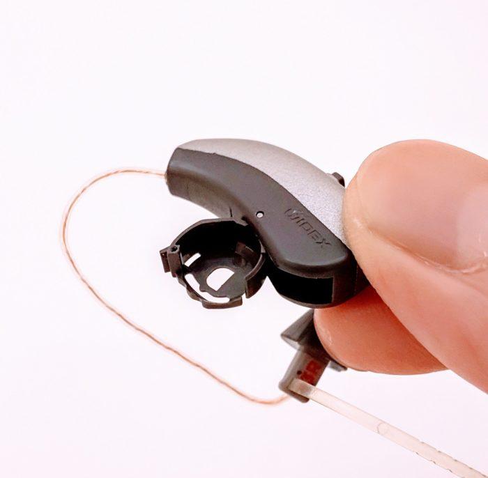 補聴器の電池を入れる開閉電池カバー