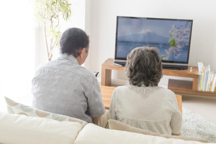 家族でテレビを見る様子