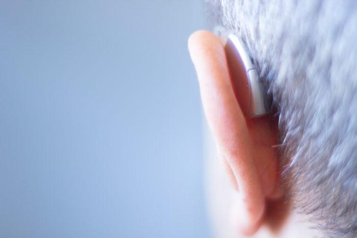 補聴器をつけたシニア