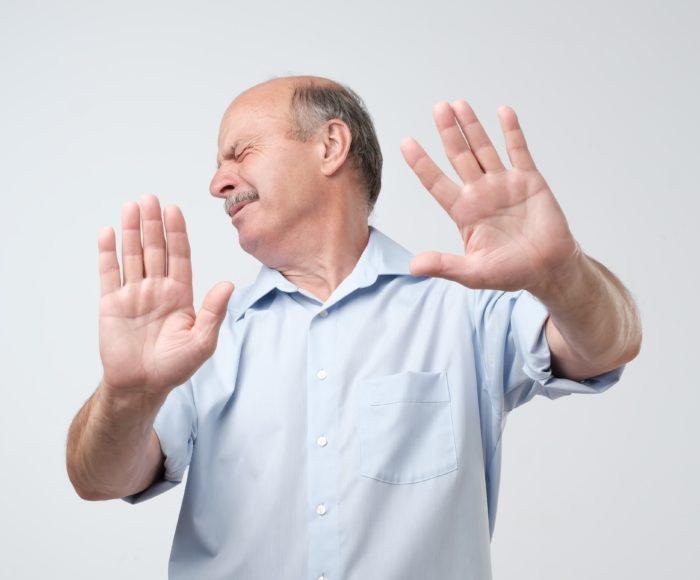 難聴の受容を否定するシニア