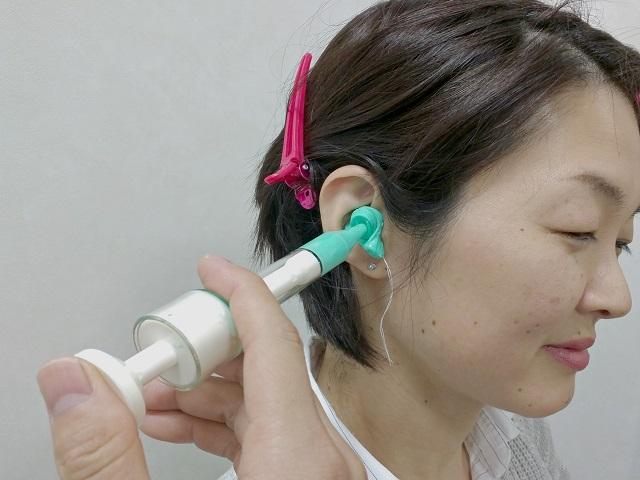 耳型採取の様子