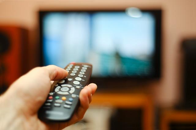 テレビのリモコン、音量を下げる様子