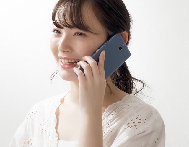 耳元にスマホを当てて普通に電話している図