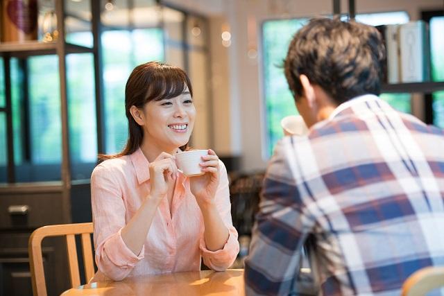 混雑しているレストランより、静かな喫茶店を選びましょう。