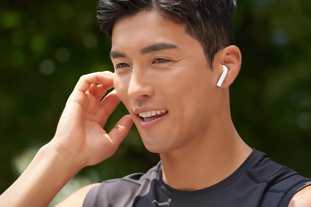 耳に入れる一般的なイヤホン