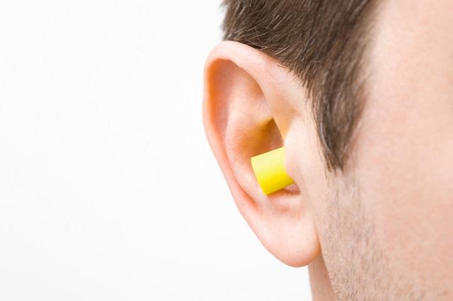 耳栓をつけたときのような聞こえ方になる。