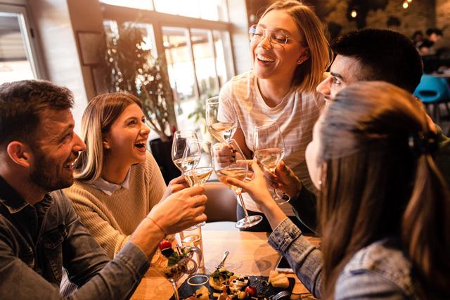 騒がしいレストランで、複数人との会話